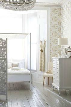 dreamy whites - lovely neutral wallpaper.