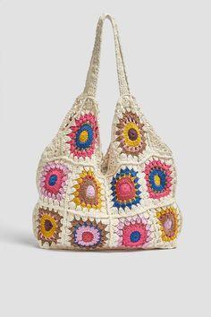 Bolso Tipo Shopper En Combinación De Colores. Cuerpo De Crochet. Asas De Hombro. Alto X Ancho X Fondo 38.5 X 44 X 10.5 Cm. Crochet Diy, Crochet Fabric, Crochet Designs, Crochet Patterns, Crochet Mignon, Flower Bag, Diy Handbag, Crochet Clothes, Crochet Projects