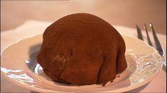 Kartoffelkage er nærmest den perfekte kage, blød bund, lækker creme, marcipan og mørk kakao. Lav Mette Blomsterbergs opskrift nu, og gør gæsterne glade.