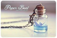 Papier Boot Flasche Halskette. Origami Boot Anhänger, Ozean-Halskette, Glas-Fläschchen-Halskette. Glas-Flasche-Anhänger. Niedliche Halskette. Miniatur-Flasche Eine schöne handgemachte kleine Glas Flasche Halskette mit einem Papierboot im Inneren. Das Wasser wird mit gefärbten Epoxidharz hergestellt. Papierboote sind auch einzeln handgefertigt. Größe: -Fläschchen Größe ohne Korken: 24x16mm -Kettenlänge: ca. 66 cm (26 Zoll ca.) Sie können aber meine Sonderausgabe goldenen Papier Boot Flasch...
