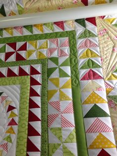 Karen's Sewing Room: Halo Medallion Progress /// A whole bunch of flying geese 💚 make a beautiful pattern. \\\ :-) Big Smile 😃 Nana in OK usa 🌻 Machine Quilting Designs, Quilting Projects, Quilting Ideas, Scrappy Quilts, Patchwork Quilting, Longarm Quilting, Free Motion Quilting, Quilt Boarders, Borders For Quilts