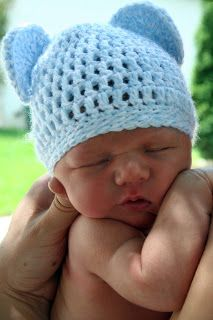 Free crochet pattern for an adorable newborn baby bear ears beanie hat. Makes a perfect newborn photography prop.