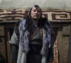 Baljinnyamyn Amarsaikhan as Ariq Böke, the Khan's brother, dressed in traditional Mongolian garb. Marco Polo Netflix, Kublai Khan, North Asia, Christopher Raeburn, Asian History, Fantasy Costumes, Movie Costumes, Folk Costume, Asian Men