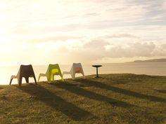 Αυτές οι καρέκλες είναι ιδανικές για να χαλαρώνεις και να ονειροπολείς… Βοηθάει και το τοπίο, βέβαια!  (Προϊόντα: Easy chair black & coffee table)