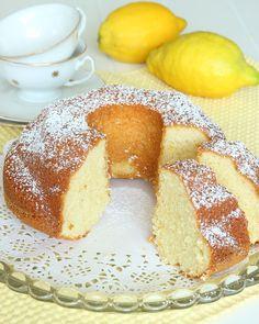 Mjuk härlig kaka med en frisk, fräsch citronsmak –en riktig favoritkaka!