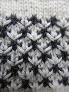 dk: Strikkemønster i 2 faver Knitting Stitches, Knitting Patterns, Yarn Crafts, Diy And Crafts, Knitting For Beginners, Needle And Thread, Merino Wool Blanket, Stitch Patterns, Crochet