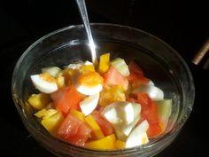 Gezonde lunch met paprika, tomaat, komkommer, ei, olie, azijn en 'n beetje zout. Smakelijk!