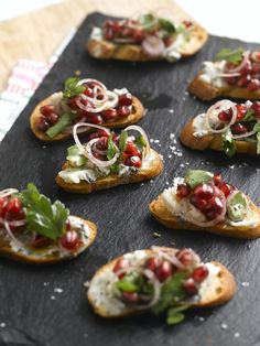 Ruby Red Pomegranate, Roquefort, Parsley and Shallot Crostini paired with LMawby Jadore´ or MLawrence Fizz. Halal Recipes, Wine Recipes, Cooking Recipes, Appetizers For Party, Appetizer Recipes, Spanish Tapas, Spanish Food, Good Food, Yummy Food