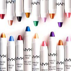 Os lápis Jumbo da NYX são clássicos da maquiagem que você não pode viver sem! São cremosos e super pigmentados, podendo ser usados como sombra ou delineador e, dependendo da cor, como iluminador e batom também.
