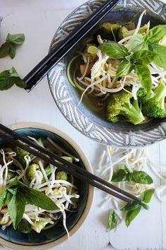 This Rawsome Vegan Life: raw vegan phở with hoisin sauce, broccoli, mushrooms, basil & sprouts