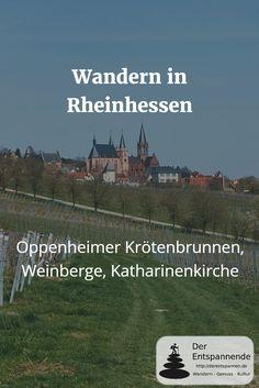 Wandern in den Weinbergen von Rheinhessen bei Oppenheim mit Krötenbrunnen, Katharinenkirche und Staatliche Weinbaudomäne.