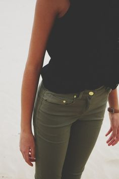 Olive jeans + black top - or a white top or a grey top. I want olive jeans :) Mode Outfits, Fall Outfits, Casual Outfits, Fashion Outfits, Womens Fashion, Runway Fashion, Fashion Scarves, Fashion Weeks, Fashion Trends