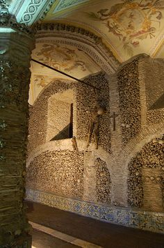 Bones Capel ( build up with human bones), Évora - Portugal Time Travel, Places To Travel, Places To Visit, Evora Portugal, Faro Portugal, Temple, Strange Places, Spain And Portugal, Place Of Worship