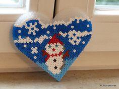 Herz mit Schneemann aus Bügelperlen hama beads mini by petuniad