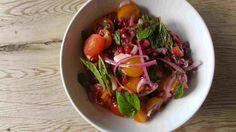 Ein sommerlicher Tomatensalat mal anders mit Minze und Granatapfel » Richtig. Tomatensalat muss nicht immer mit…