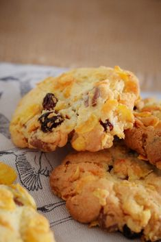 These Crunchy Chocolate Chip & Sultana Cornflake Cookies are the perfect lunchbox recipe. They're quick, easy and a guaranteed winner! Baking Recipes, Cookie Recipes, Dessert Recipes, Lunch Box Recipes, Breakfast Recipes, Meal Recipes, Seafood Recipes, Delicious Desserts, Yummy Food