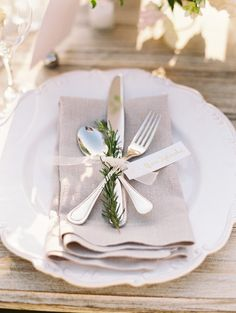 Best Backyard Wedding Decorations Table Place Settings Ideas A marriage is a Wedding Silverware, Wedding Napkins, Backyard Wedding Decorations, Table Decorations, Wedding Backyard, Garden Weddings, Wedding Table Place Settings, Wedding Tables, Lunch Table Settings