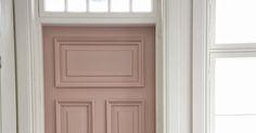 Eilisten ruskeiden kuvien vastapainoksi tänään pari kuvaa meidän kodinhoitohuoneen vaaleanpunaisesta ovesta.         Puuovessa on täysrans...