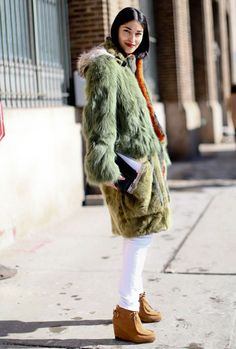 Street Style Fashion Week New York manteau fourrure vert kaki Ny Fashion Week, New York Fashion Week Street Style, Autumn Street Style, Fashion Moda, Diva Fashion, Street Style Looks, Fashion Editor, Style Fashion, Fashion Weeks