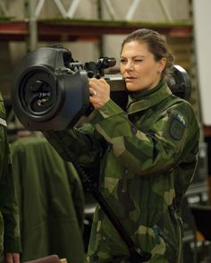 Royal in Camo! See Princess Victoria of Sweden Suit Up to Visit the Armed Forces Princess Victoria Of Sweden, Crown Princess Victoria, British Army, British Royals, Royal Families Of Europe, British Armed Forces, Defence Force, Female Soldier, Swedish Royals