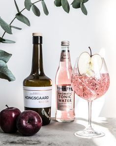 A refreshing take on the classic gin & tonic, with this danish apple raw gin - perfect for some hygge this Spring. There are more recipes as well, on the blog!