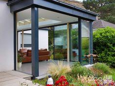 Moderner Wintergarten mit weiträumig öffenbaren Schiebtüren, Planung, Fertigung und Montage aus einer Hand
