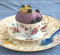 A rich and fruity Blueberry ice cream that's low glycemic as well as dairy-free, sugar-free, egg-free and gluten-free. Sugar Free Recipes, Vegan Recipes Easy, Raw Food Recipes, Dessert Recipes, Vegetarian Recipes, Vegan Blueberry Ice Cream, Vegan Ice Cream, Vegan Sweets, Vegan Desserts