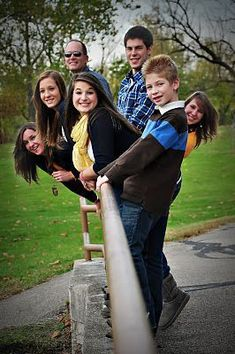 To help you have some fun at your Family photoshoot day, BeOnTrack brings amazing Family Photo Shoot Idea that is innovative, creative and thoughtful. Big Family Photos, Large Family Poses, Family Picture Poses, Family Photo Sessions, Cute Family, Group Photo Poses, Large Family Photo Shoot Ideas Group Poses, Family Photo Shoots, Large Group Photos