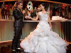 """Em Jogos Vorazes: Em Chamas, Cinna (Lenny Kravitz) foi o estilista responsável por criar o incrível vestido de """"casamento"""" de Katniss Everdeen (Jennifer Lawrence)."""