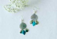 boucles d'oreilles argentées, estampe ronde ciselée, breloques / losange / bleu / bijou femme /geometrique / boucles d'oreilles à breloques