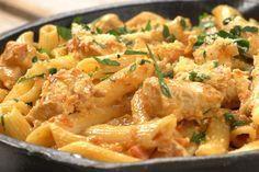La pasta con pollo es un plato perfecto si queremos cocinar algo para los niños pequeños en casa, aunque evidentemente gusta a todo el mundo.