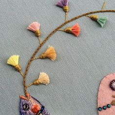 I recently learned how to make a tassel flower for this tassel bow and i enjoyed it a lot! I really love traditional hand embroidery technics. I love how they create wonderful and endless texture possibilities. It's fascinated to see how threads form...