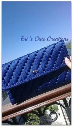 Discover thousands of images about No tutorial. Bolso malla flexible o plastic canvas Crochet Wallet, Crochet Clutch, Crochet Purses, Plastic Canvas Ornaments, Plastic Canvas Crafts, Plastic Canvas Patterns, Canvas Purse, Fabric Yarn, Bargello