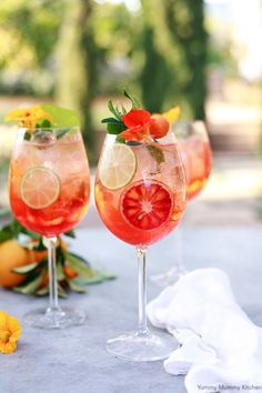 Aperol Spritz - find out how to make the classic Italian cocktail with Aperol, prosecco and citrus! Wine Cocktails, Classic Cocktails, Summer Cocktails, Cocktail Drinks, Alcoholic Drinks, Colorful Cocktails, Cocktail Garnish, Refreshing Summer Drinks, Cocktail Ideas