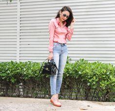 Jeans e camisa na cor rosa antigo, look clean e chic para trabalhar ou curtir um dia de passeio.