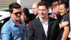 """Messi se presentó ante la justicia española. El astro del Barcelona lo había imputado en una causa abierta por presunta evasión fiscal de un monto que ronda los cuatro millones de euros. Lio se declaró inocente y dijo que """"no sabía nada"""" http://www.diariopopular.com.ar/c170415"""
