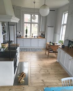 Cosy Kitchen, Country Kitchen, Hardwood Floor Care, Plain English Kitchen, Bright Homes, Modern Carpet, Carpet Flooring, Kitchen Flooring, Interior Design Living Room