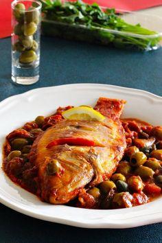 Le huachinango a la Veracruzana est un plat mexicain traditionnel à base de vivaneau rouge cuit dans une sauce tomate épicée et condimentée.
