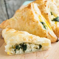 Blätterteigtaschen mit Spinat Savory puff pastries are a great party snack, finger food and dinner in one. Healthy Finger Foods, Party Finger Foods, Snacks Für Party, Yummy Veggie, Veggie Recipes, Snack Recipes, Baking Recipes, Savory Pastry, Spinach And Feta