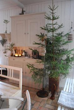 Are you searching for images for farmhouse christmas decor? Check out the post right here for cool farmhouse christmas decor images. This specific farmhouse christmas decor ideas looks entirely wonderful. Natural Christmas, Farmhouse Christmas Decor, Primitive Christmas, Rustic Christmas, Simple Christmas, Winter Christmas, Vintage Christmas, Christmas Trees, Christmas Decorations