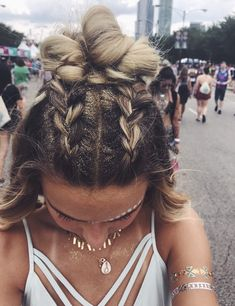 Yeah, make your own cool festival glitter hairstyle. Open hair with two braids … # cool # glitter hairstyle Yeah, make your own cool festival glitter hairstyle. Open hair with two braids … # cool # glitter hairstyle Open Hairstyles, Pretty Hairstyles, Braided Hairstyles, Cute School Hairstyles, 1960 Hairstyles, Hairstyles Videos, Headband Hairstyles, Festival Mode, Festival Fashion