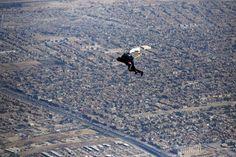 Un miembro del equipo nacional de paracaidismo de Irak planea sobre el cielo de la capital, Bagdad, durante una sesión de entrenamiento.