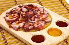 Caracatiţă picantă în stil galiţian: cum se face. Reţetă de pulpo a la gallega. Caracatiţă fiartă cu boia de ardei picantă. Gustări cu caracatiţă.