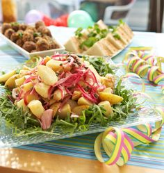 Parasta tässä on marinoitu punasipuli! Pasta Salad, Cobb Salad, Potato Salad, Salads, Potatoes, Ethnic Recipes, Party, Foods, Drinks