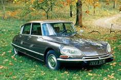 Citroen DS 23 IE The Citroën DS (also known as Déesse, or Goddess, after the punning initials in French) was an automobile produced by the French. Classic Sports Cars, Classic Cars, Chevrolet Bel Air, Chevrolet Corvette, Vintage Cars, Antique Cars, Retro Cars, Psa Peugeot Citroen, 2cv6