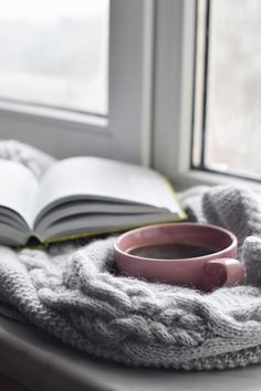 10 ways to integrate the benefits of hygge at home - Zeynep Hale . - 10 ways to integrate the benefits of hygge at home – Zeynep Hale Öztürk – # - Coffee And Books, Coffee Love, Coffee Break, Coffee Art, Cozy Coffee, Morning Coffee, Pause Café, Winter Images, Coffee Photography