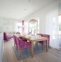 Ruokailutilan ja olohuoneen sisustuksessa on yhdistetty hurmaavia sävyjä ja ajatonta tyylikkyyttä