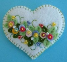Felt Applique Heart Pin by Beedeebabee on Etsy Felt Christmas Decorations, Felt Christmas Ornaments, Felt Embroidery, Felt Applique, Felt Flowers, Fabric Flowers, Fabric Crafts, Sewing Crafts, Heart Crafts