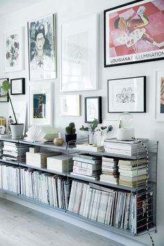 Taglejlighed på to etager spækket med detaljer, du skal se Home And Living, Decor, Home, Sideboard Styles, Interior, Low Bookshelves, Home Office Design, Home Decor, Living Room Modern