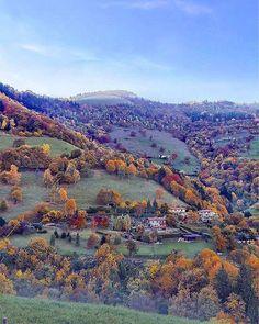 Oggi ci piace la veduta da #Parzanica di @claudiocolosio.  Da venerdì 4 a domenica 6 novembre a Xino di Fonteno proprio vicino a questa collina FESTA DI S. CARLO BORROMEO con mercatini tipici fuochi d'artificio vin brulè e caldarroste per tutti.  Tutte le info qui: http://ift.tt/2fmcHCZ   #foliageinitaly #ilikeitaly #italiait #inlombardia #visitlakeiseo #lagodiseo - http://ift.tt/1HQJd81